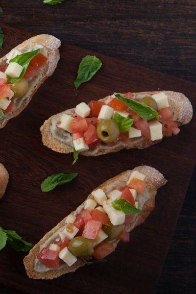 Bruschettas mediterráneas con salsa de berenjena