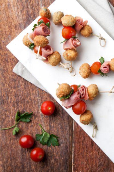 Mini brochetas de aceitunas con jamón serrano