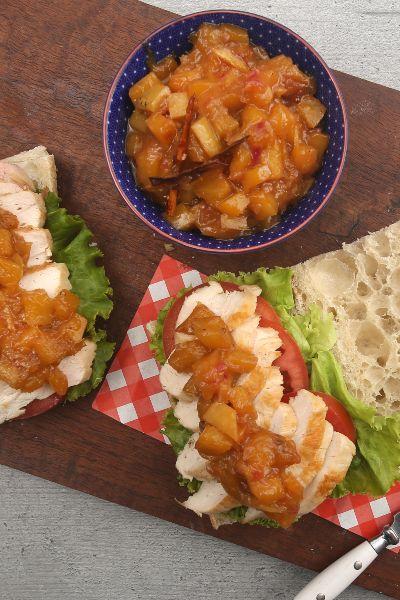 Sándwich de pollo con chutney de mango