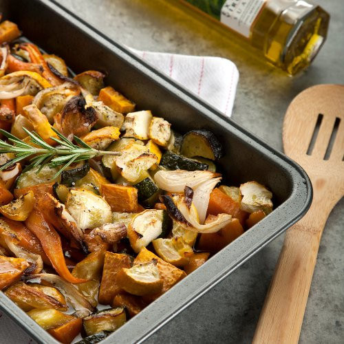 Zanahorias, calabacín verde y amarillo y camote, rostizados con aceite de oliva, ajo, miel y romero