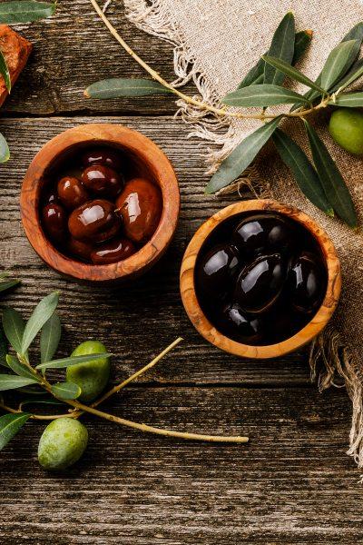 Conoce la diferencia entre las aceitunas negras y las aceitunas verdes.