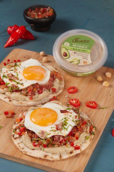 Arepas con hummus, huevo y picadillo.