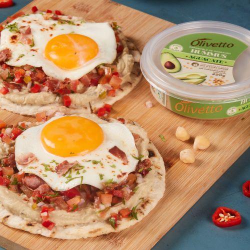 Imagen de arepas con hummus, huevo y picadillo.