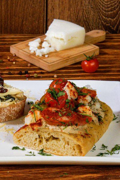 3 ideas para preparar tostadas dulces y saladas: tostadas con tomates y queso