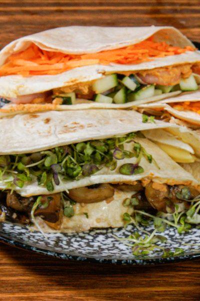Folding Wraps con Hummus: wrap de champiñone, brotes y zanahorias.